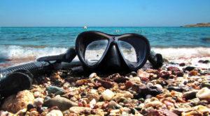 Taucherbrille mit Schnorchel am Meer